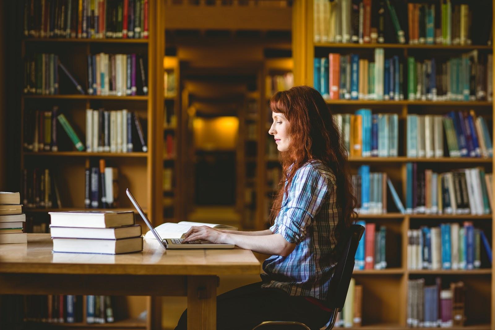 Laptop Librarian AdobeStock 94567970